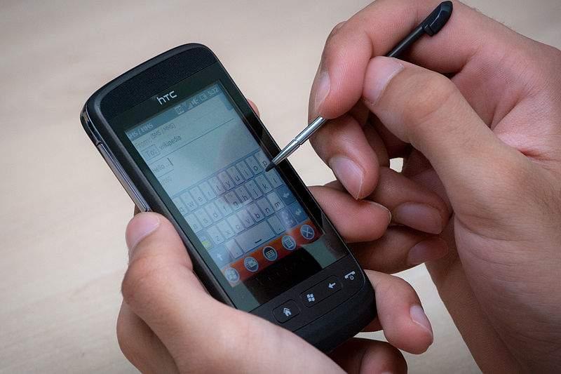 Los dispositivos móviles suele ser el primer instrumento que utilizamos para buscar información sobre productos y servicios, por eso debe formar parte de nuestra estrategia empresarial. FUENTE. en.wikipedia.org
